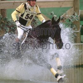 chris-hunnable-gbr-riding-mr-bootsie-into-the-lake-during-cci-badminton-h66nhb